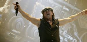 O vocalista do AC/DC, Brian Johnson, durante show da banda em Illinois (EUA)